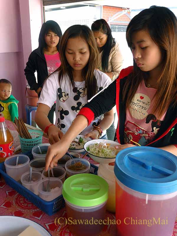 ミャンマーのタチレクあるシャン族料理食堂の女性客たち