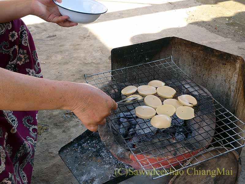 ミャンマーのタチレクあるシャン族料理食堂でカイソンクルアンを焼く