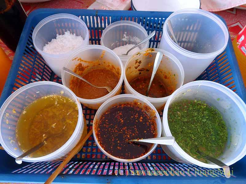 ミャンマーのタチレクあるシャン族料理食堂の調味料