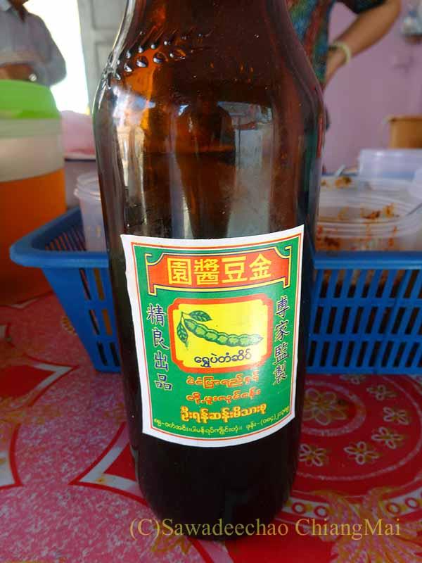 ミャンマーのタチレクあるシャン族料理食堂に置かれていた醤油