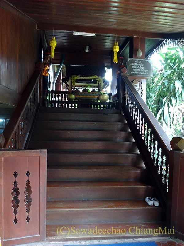 タイのプレーの街最大のチーク造りの家バーンプラタプチャイの階段