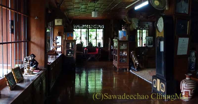 タイのプレーの街最大のチーク造りの家バーンプラタプチャイの2階の大部屋