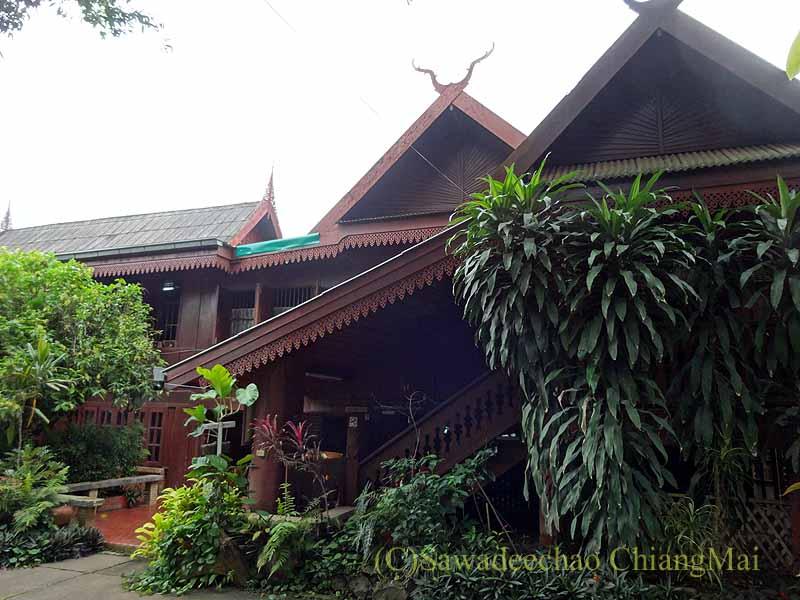 タイのプレーの街で一番大きなチーク造りの家バーンプラタプチャイ