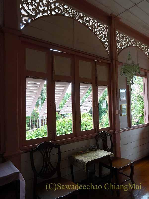 タイのプレーの街最後の支配者の第一夫人の住居ウォンブリーハウスの廊下のイス