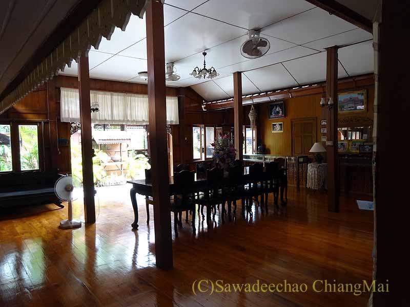 タイのプレーの街最後の支配者の第一夫人の住居ウォンブリーハウスのダイニングルーム