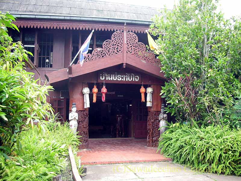 タイのプレーの街最大のチーク造りの家バーンプラタプチャイの入口