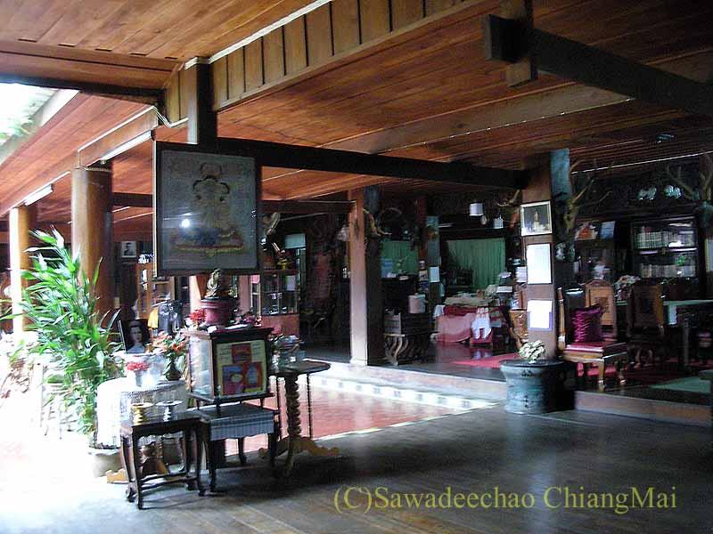 タイのプレーの街最大のチーク造りの家バーンプラタプチャイの2階の角部屋