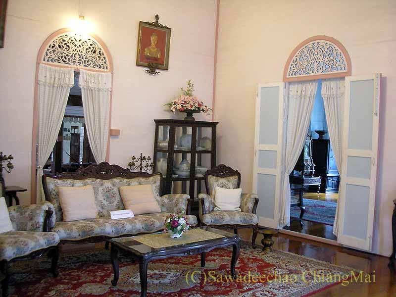 タイのプレーの街最後の支配者の第一夫人の住居ウォンブリーハウスの応接間