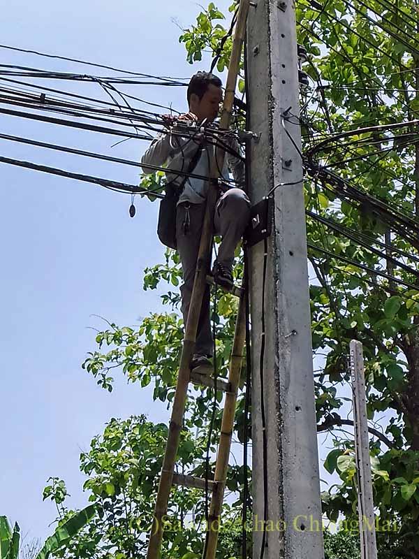 チェンマイの自宅に道路から回線を引き込むTRUEの作業員