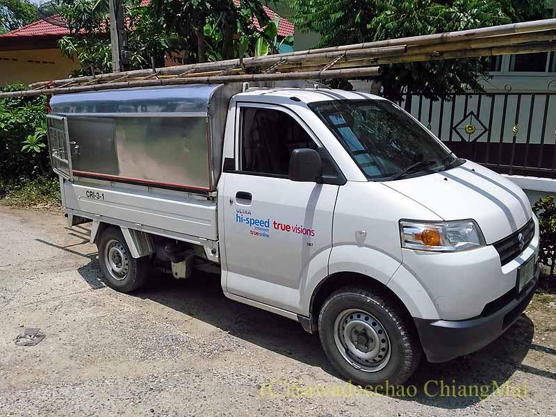 チェンマイの自宅にネット敷設工事に来たTRUEの小型トラック