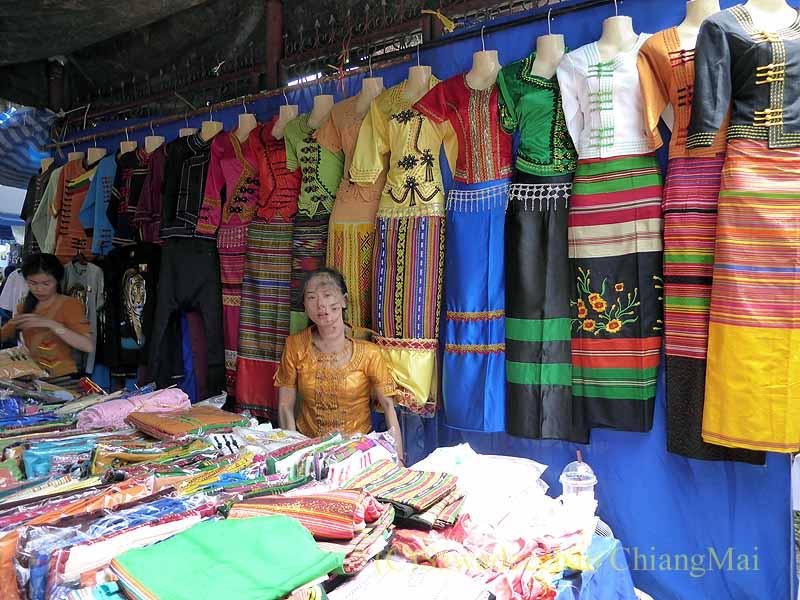 三宝節のチェンマイのワットパーパオの境内の民族衣装屋