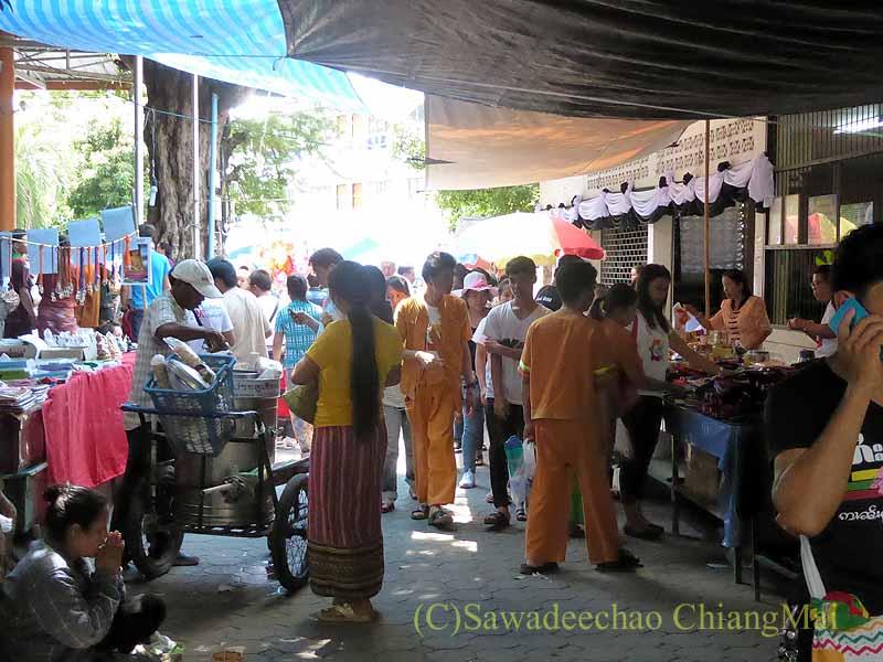三宝節のチェンマイのワットパーパオの境内の人出