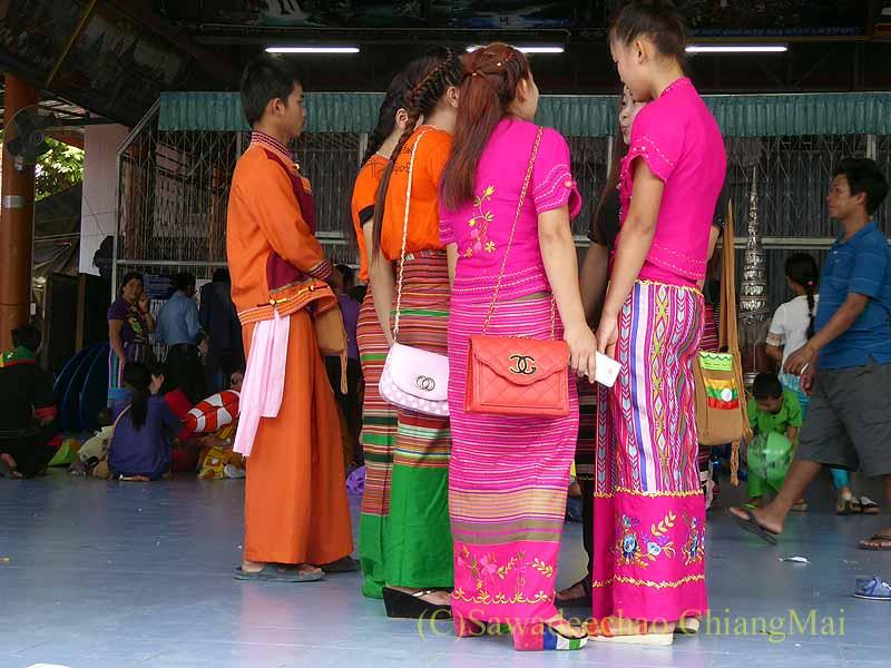 三宝節のチェンマイのワットパーパオのタイヤイ族のファッション