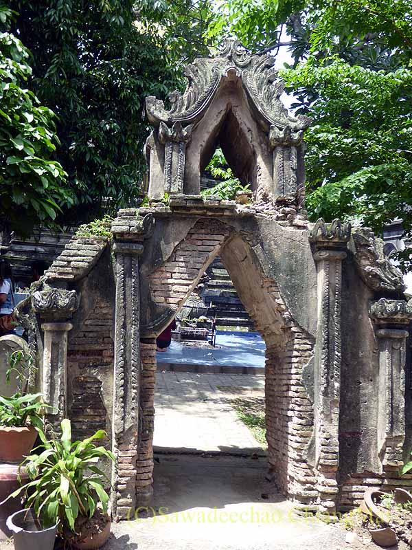 アーサーラハブーチャ(三宝節)のチェンマイのワットパーパオの仏塔門
