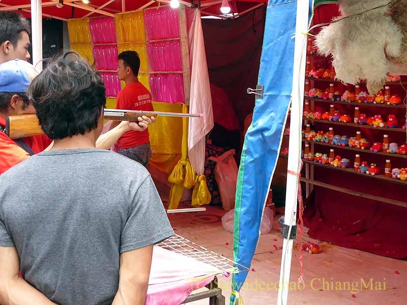 三宝節のチェンマイのワットパーパオの境内の射的屋