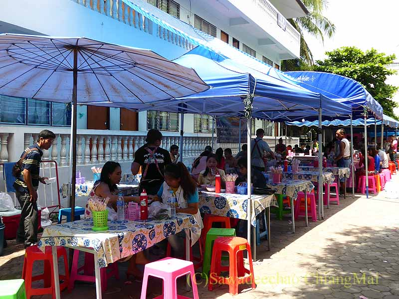三宝節のチェンマイのワットパーパオの境内に出ている食堂