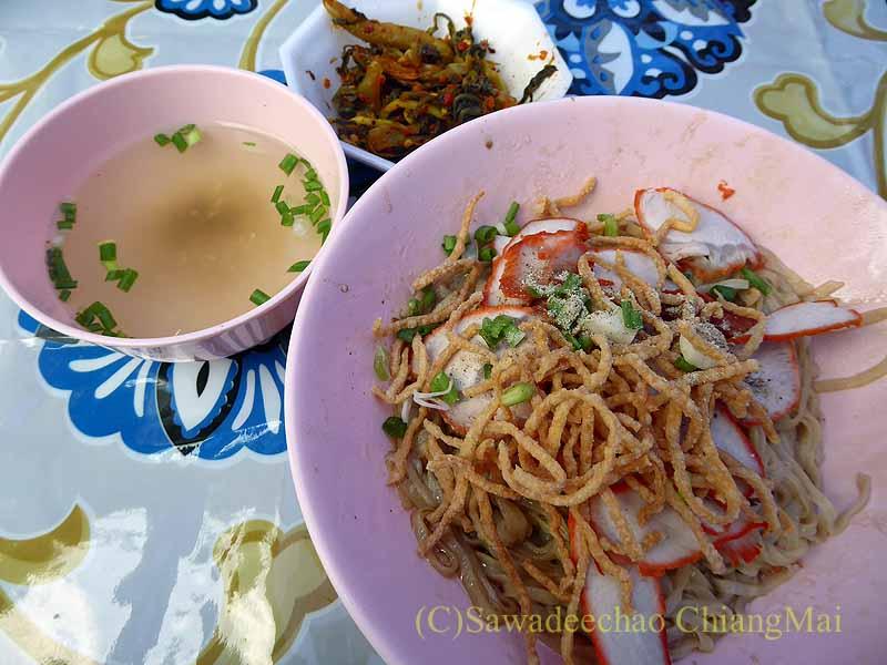 三宝節のチェンマイのワットパーパオの食堂のカーオソーイシーゲート
