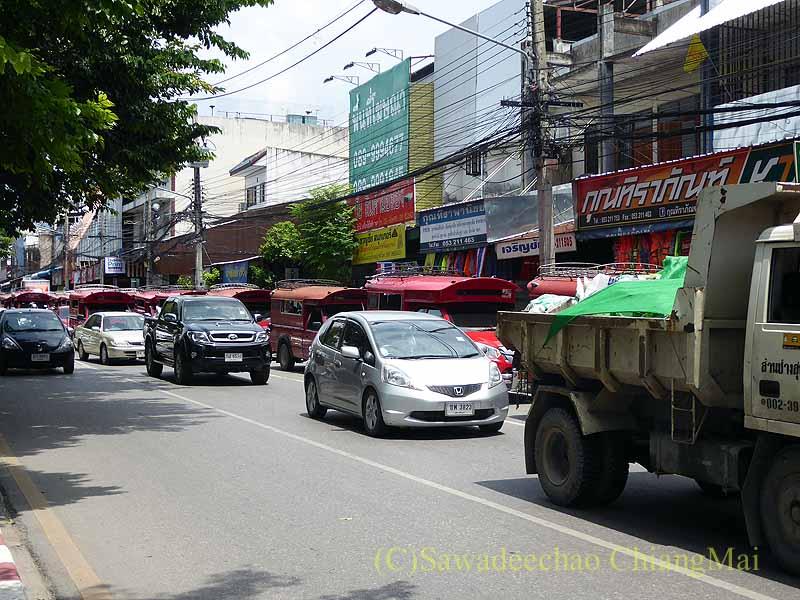 チェンマイのワットパーパオの前の道の大渋滞