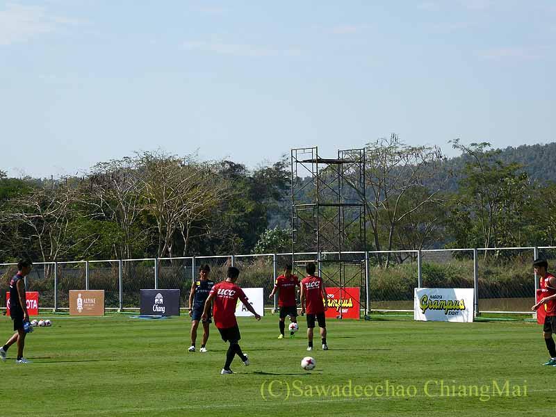 チェンマイでのサッカーJ2名古屋グランパスのキャンプのパス練習