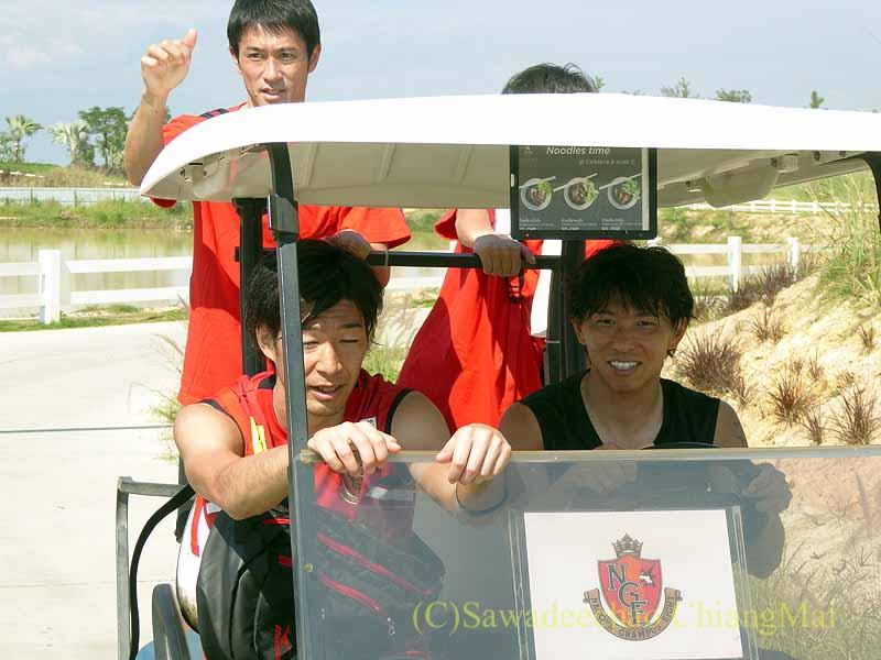 チェンマイでのサッカーJ2名古屋グランパスのキャンプでカートで引き上げる選手