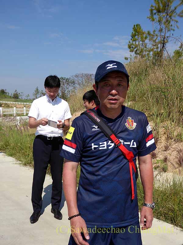チェンマイでのサッカーJ2名古屋グランパスのキャンプでの風間監督