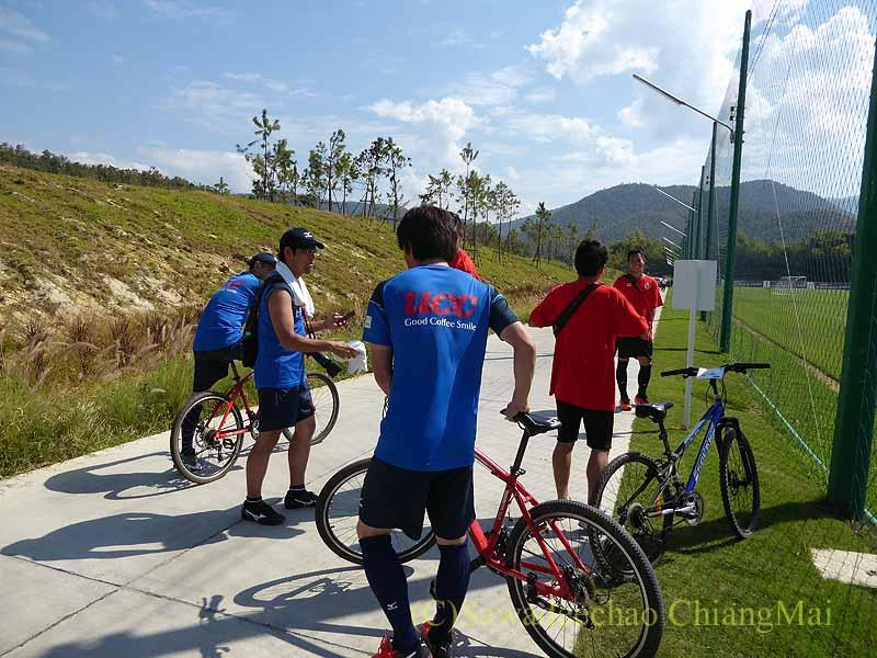 チェンマイでのサッカーJ2名古屋グランパスのキャンプで自転車で引き上げる選手