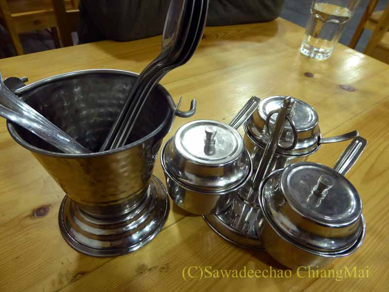 カトマンズのレストラン、ヒマラヤンタカリキッチンで出た添え物の器