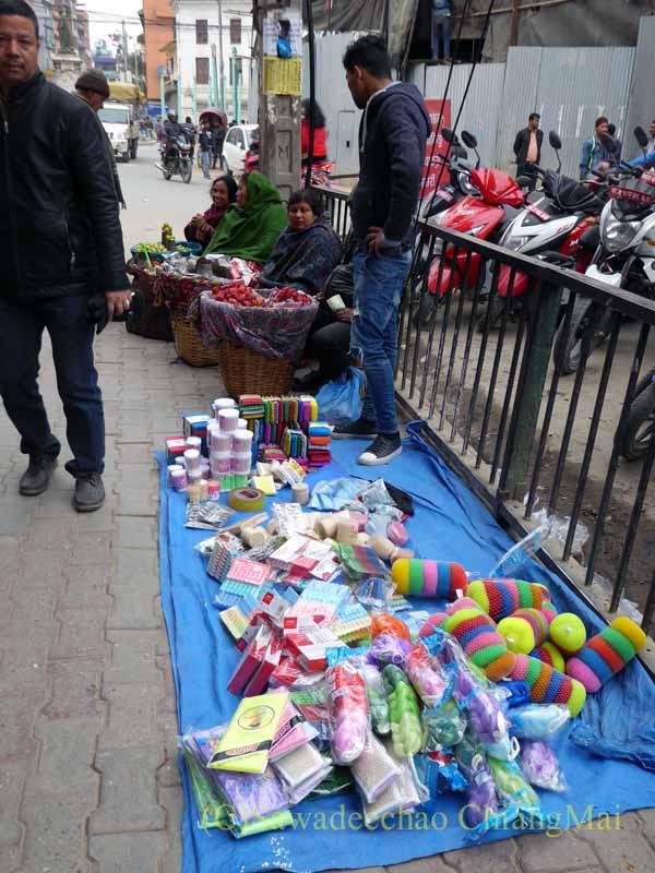 ネパールの首都カトマンズのジャマルの歩道橋下に出ている露店