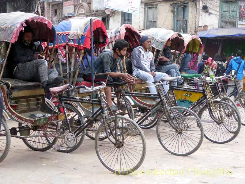 ネパールの首都カトマンズの客待ちするリキシャ