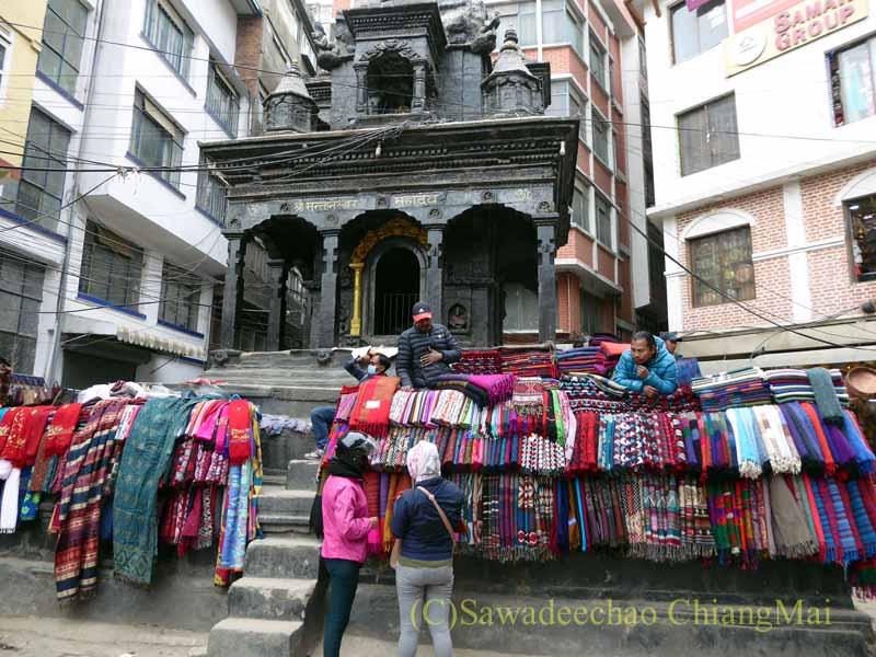 ネパールの首都カトマンズ旧市街の寺院前の布地屋