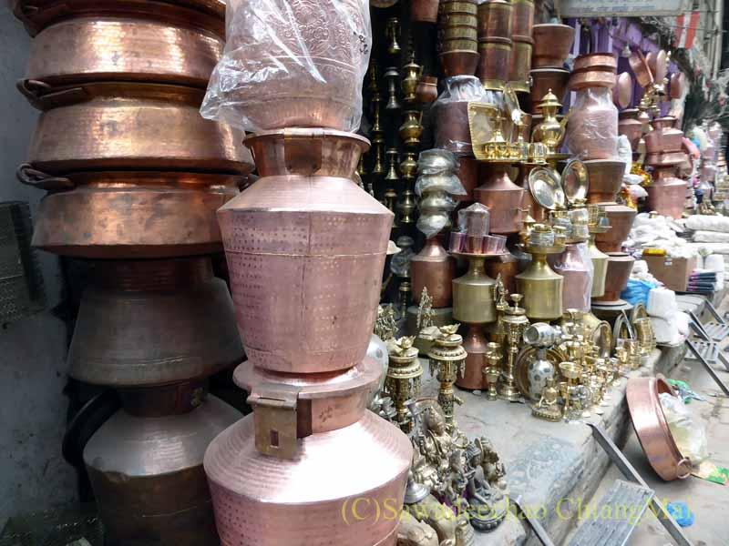 ネパールの首都カトマンズ旧市街の調理器具屋