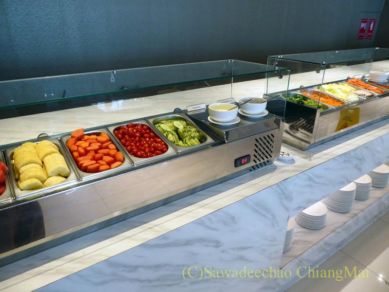 スワンナプーム空港のミラクルファーストクラスラウンジのサラダコーナー
