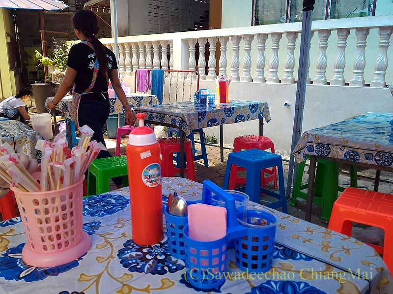 三宝節のチェンマイのワットパーパオの境内に出ている食堂の店内
