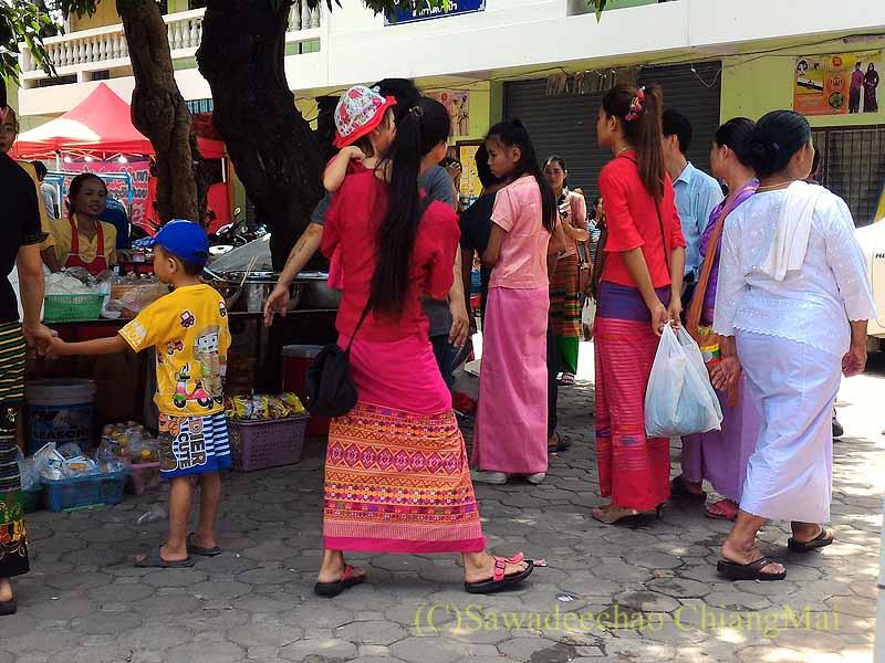 三宝節のチェンマイのワットパーパオのタイヤイ族の民族衣装