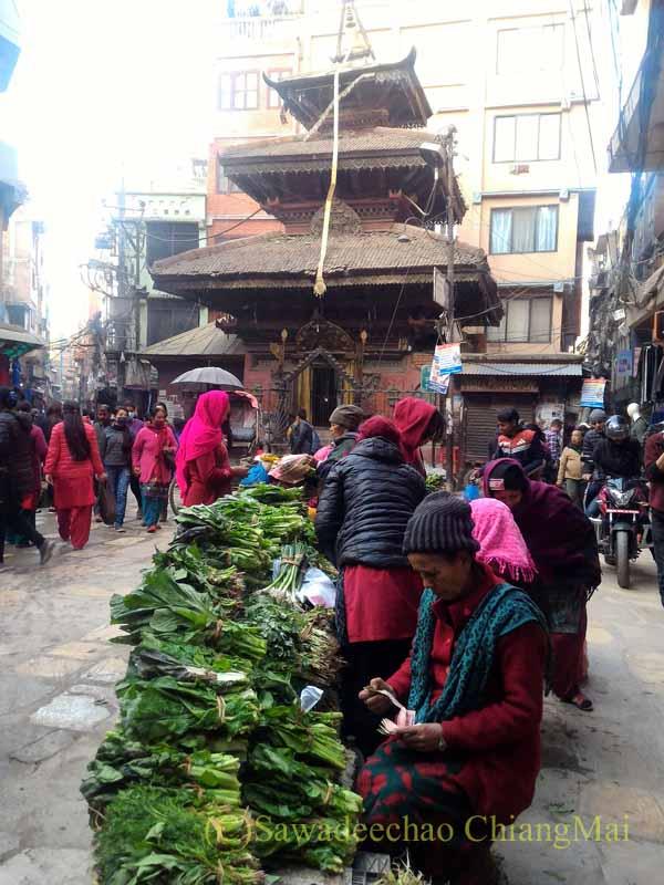 ネパールの首都カトマンズ旧市街のアッサン広場の野菜の露店