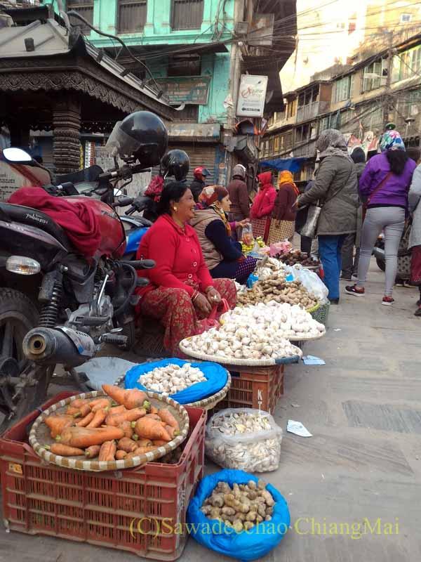 ネパールの首都カトマンズ旧市街のアッサン広場の路上の野菜売り
