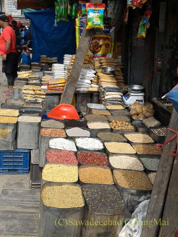 ネパールの首都カトマンズのアッサン広場のスパイス屋