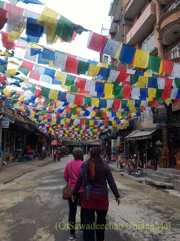ネパールの首都カトマンズ旧市街の旗が翻る路地