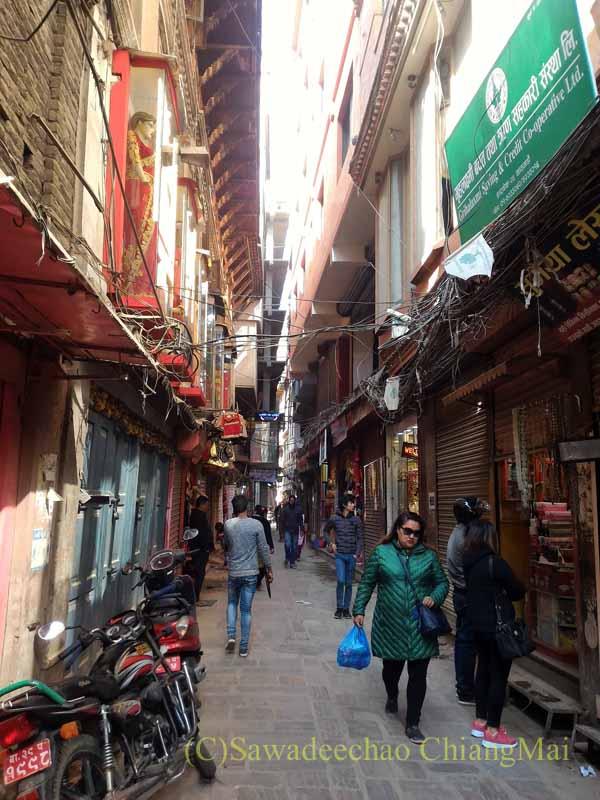 ネパールの首都カトマンズ旧市街の狭い裏道