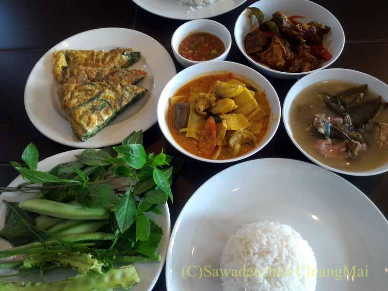 チェンマイ市内にある南部タイ料理飯屋カーオホームゲーンタイ