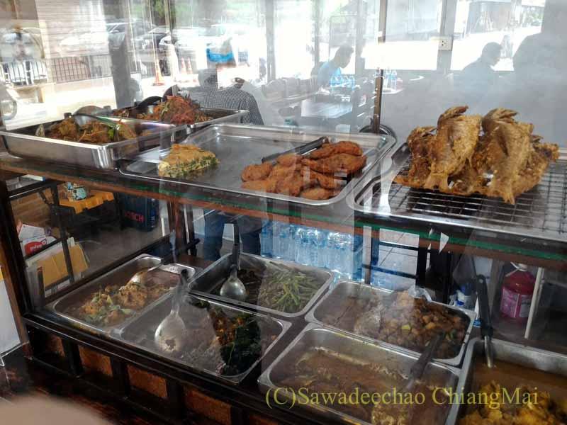 チェンマイある南部タイ料理飯屋カーオホームゲーンタイの炒めもの系