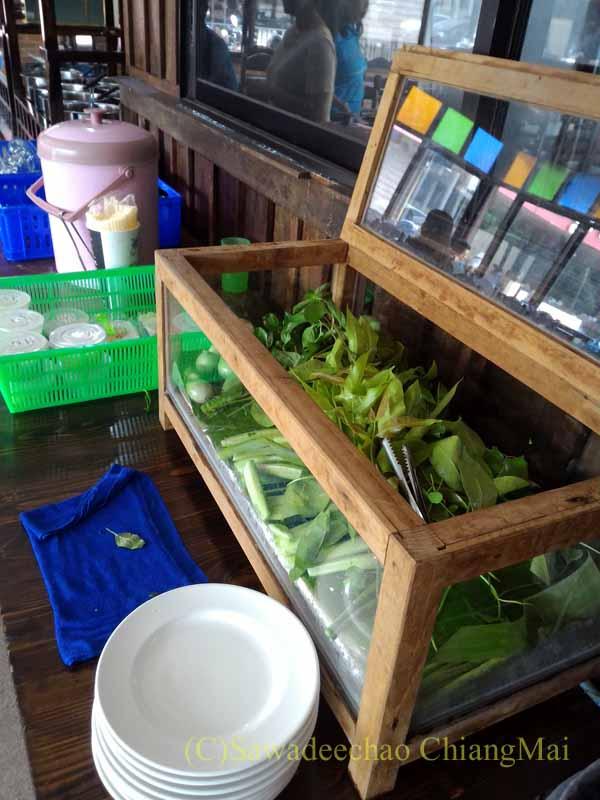 チェンマイある南部タイ料理飯屋カーオホームゲーンタイの生野菜ケース