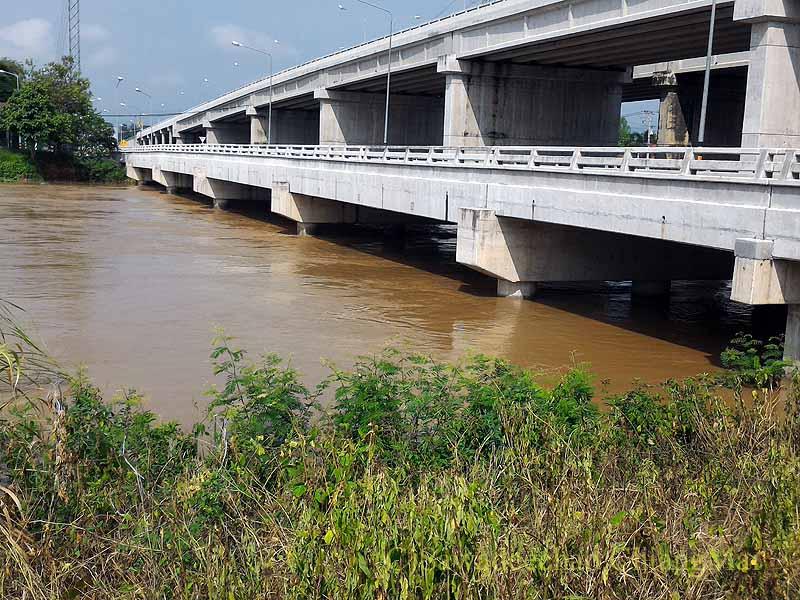 チェンマイ南部やや郊外の雨季のピン川