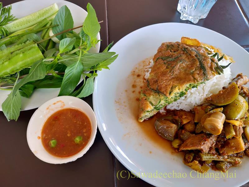 チェンマイある南部タイ料理飯屋カーオホームゲーンタイのカレーと卵焼き定食