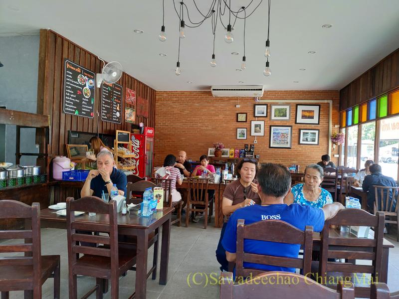 チェンマイある南部タイ料理飯屋カーオホームゲーンタイの店内概観