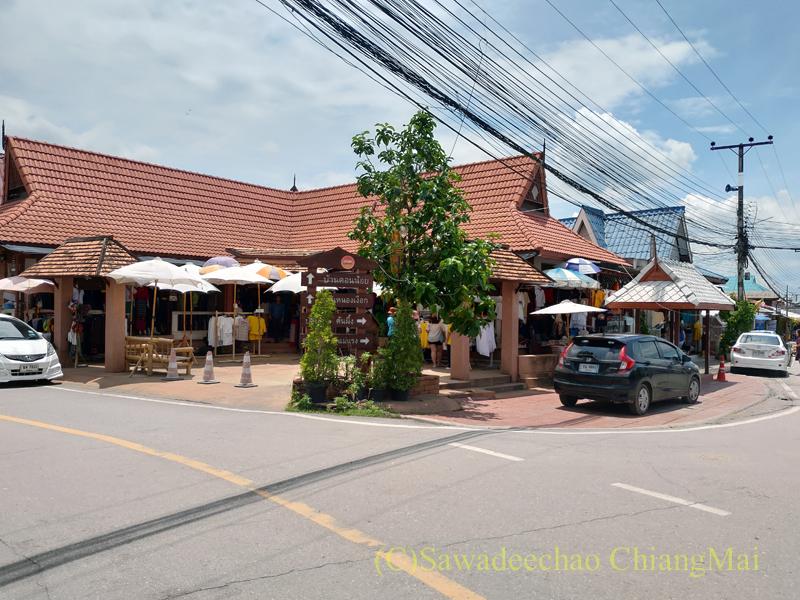 ラムプーン県のコットン村バーンドーンルワンにある店が集まった建物