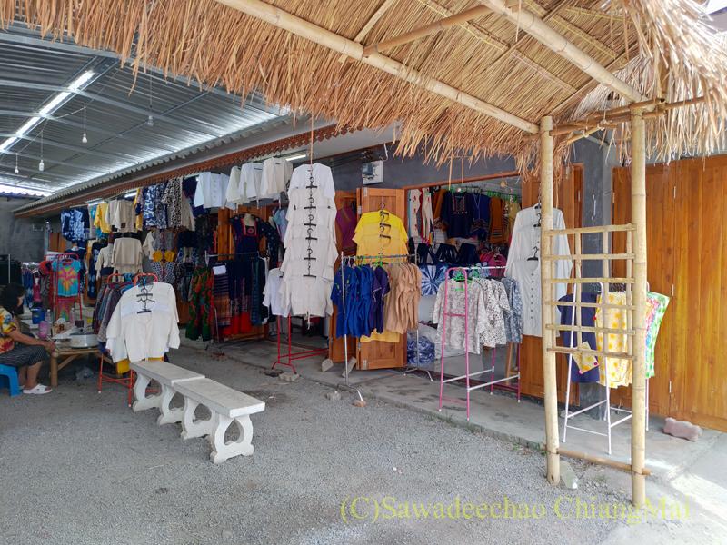 ラムプーン県のコットン村バーンドーンルワンのY字路右手の路地の洋服店