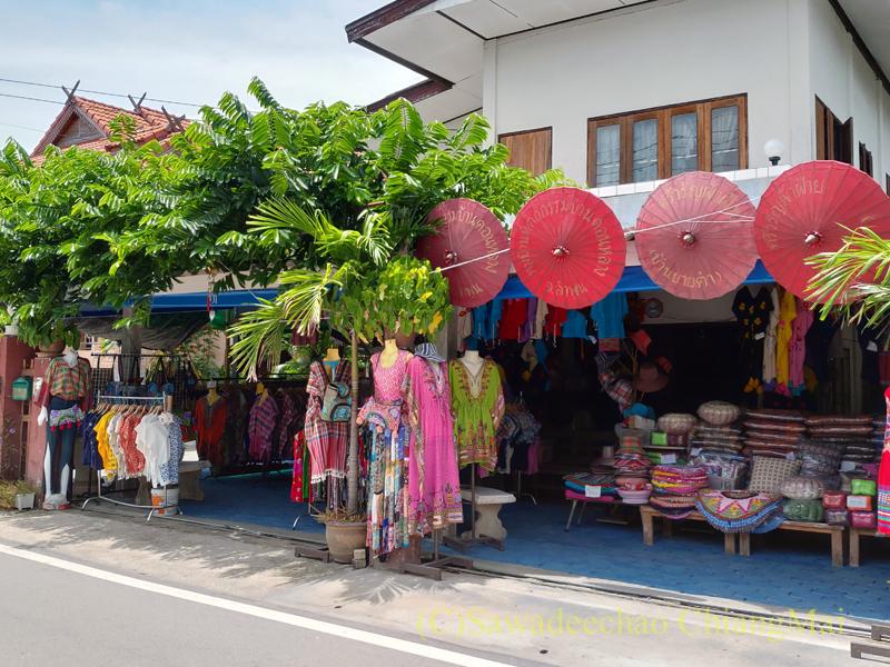 ラムプーン県のコットン村バーンドーンルワンのY字路右手の路地の綿雑貨店