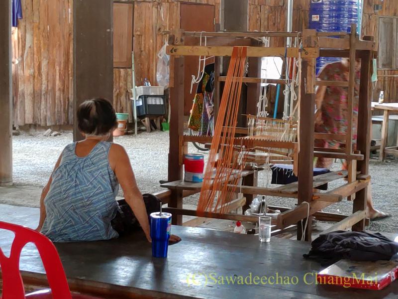 ラムプーン県のコットン村バーンドーンルワンの機織り