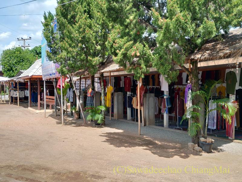 ラムプーン県のコットン村バーンドーンルワンの寺院の先の店